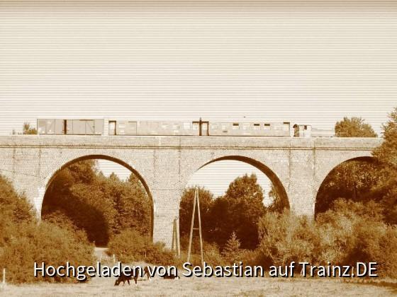 Der Zug bei der Fotofahrt über das Viadukt
