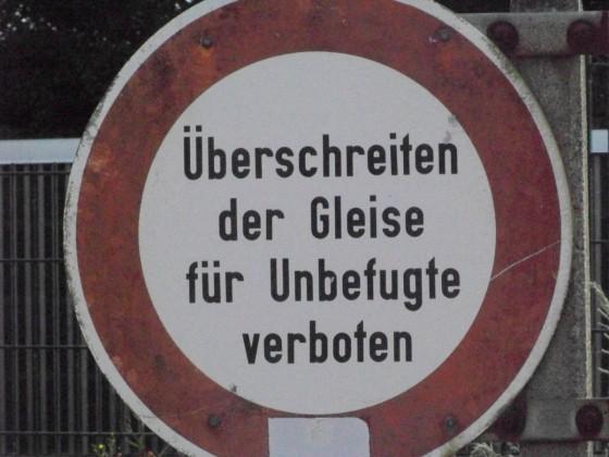 """Schild - """"Überschreiten der Gleise für Unbefugte verboten"""""""